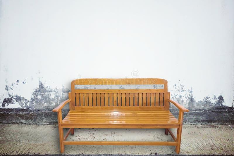 Ξύλινη καρέκλα στην ηλικίας οδό με τη σύσταση συμπαγών τοίχων στοκ φωτογραφίες