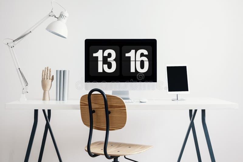 Ξύλινη καρέκλα στο γραφείο με τον άσπρο λαμπτήρα και υπολογιστής γραφείου στο απλό εσωτερικό Υπουργείων Εσωτερικών Πραγματική φωτ στοκ φωτογραφία με δικαίωμα ελεύθερης χρήσης
