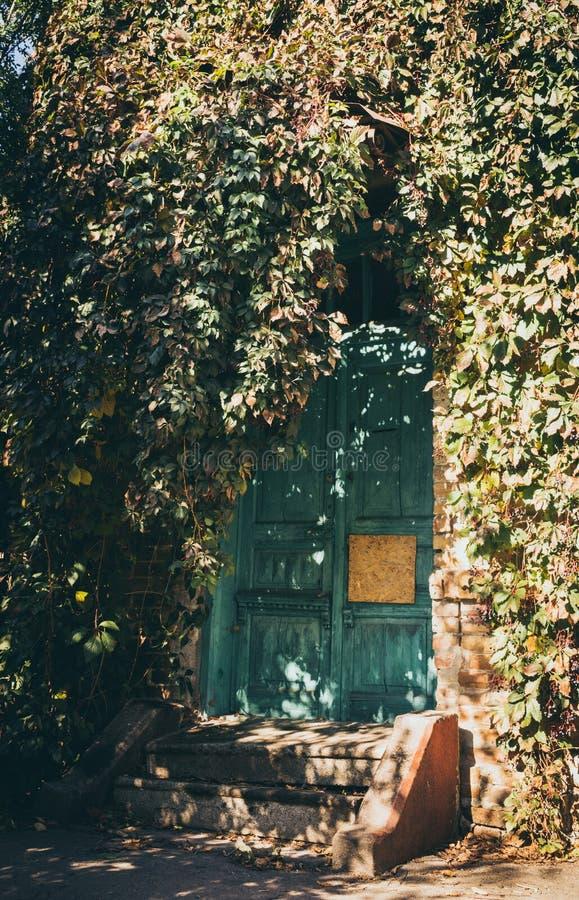 Ξύλινη κλειστή πόρτα ενός παλαιού εγκαταλειμμένου σπιτιού στοκ φωτογραφίες