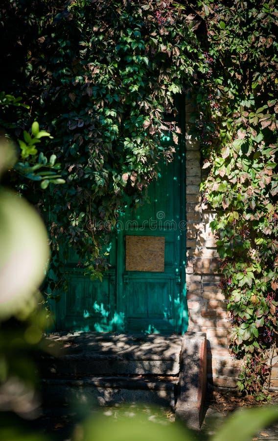 Ξύλινη κλειστή πόρτα ενός παλαιού εγκαταλειμμένου σπιτιού στοκ εικόνες