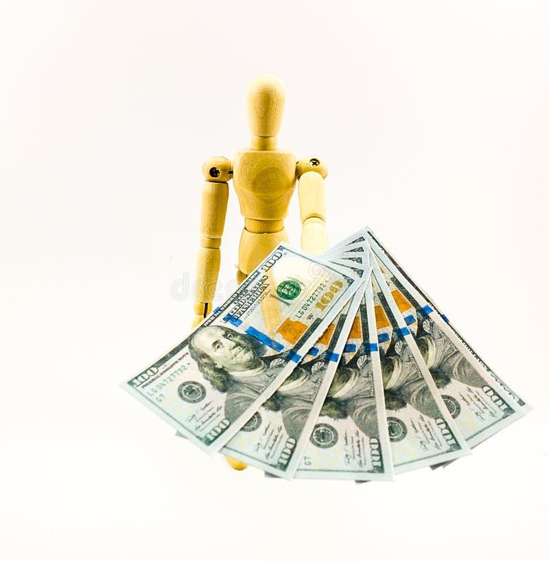 Ξύλινη κούκλα που δίνει τους λογαριασμούς 100 Δολ ΗΠΑ στοκ φωτογραφία με δικαίωμα ελεύθερης χρήσης