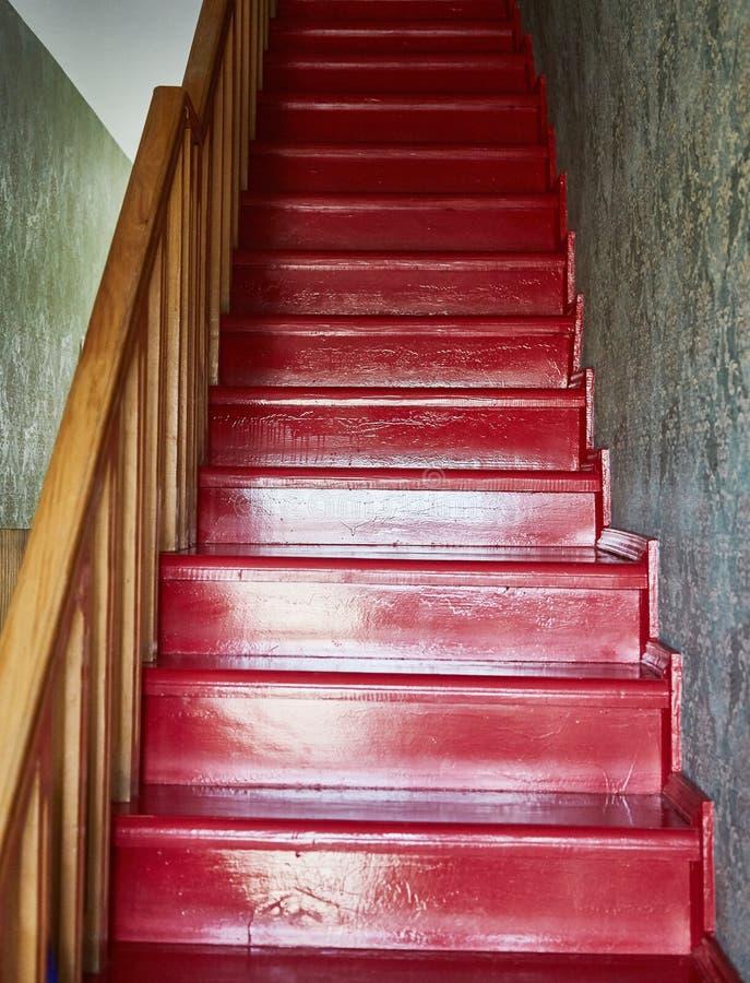 Ξύλινη κόκκινη σκάλα Ένα Guesthouse στη Γεωργία Tbilisi Καλοκαίρι στοκ φωτογραφίες με δικαίωμα ελεύθερης χρήσης