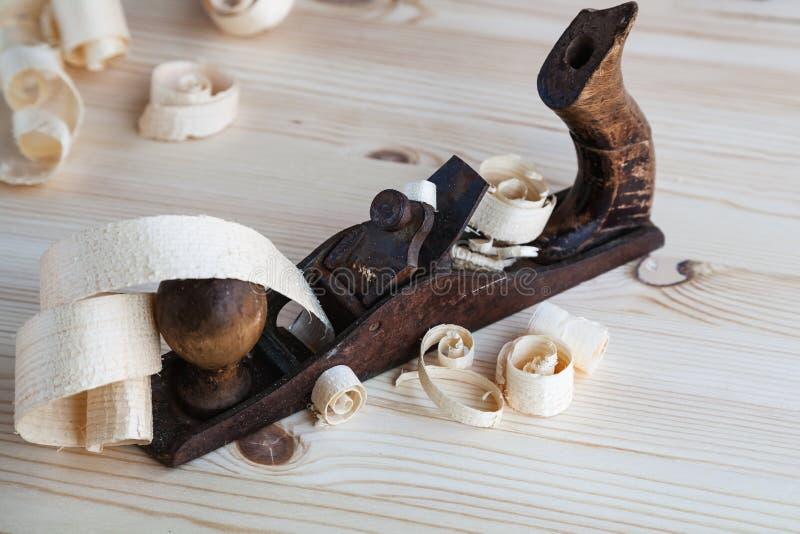 Ξύλινη μηχανή πλανίσματος στο εργαστήριο ξυλουργικής στοκ φωτογραφίες με δικαίωμα ελεύθερης χρήσης