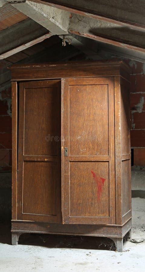 ξύλινη ντουλάπα στη σοφίτα στοκ φωτογραφίες με δικαίωμα ελεύθερης χρήσης