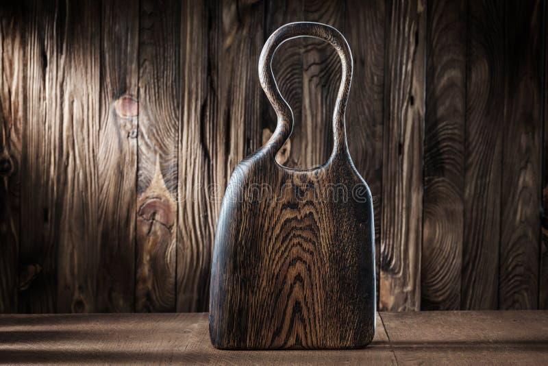Ξύλινη πλακέτα κοπής σε φόντο από παλιά ξυλεία στοκ φωτογραφία με δικαίωμα ελεύθερης χρήσης