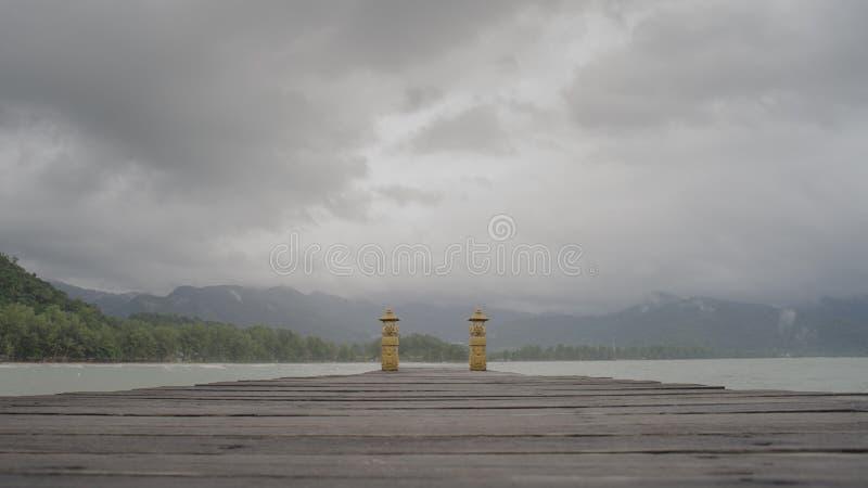 Ξύλινη προβλήτα και θάλασσα στην ομίχλη στοκ φωτογραφίες με δικαίωμα ελεύθερης χρήσης
