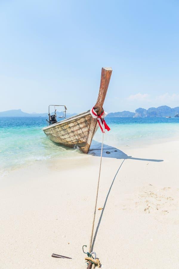 Ξύλινη πρόσδεση βαρκών longtail στην τροπική παραλία στοκ εικόνες