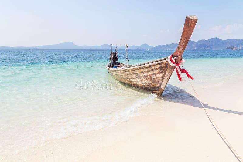 Ξύλινη πρόσδεση βαρκών longtail στην τροπική παραλία στοκ εικόνες με δικαίωμα ελεύθερης χρήσης