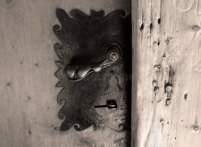 Ξύλινη πόρτα και παλαιά κλειδαριά με το εξόγκωμα πορτών Γραπτή φωτογραφία, εκλεκτής ποιότητας επίδραση φίλτρων στοκ εικόνα
