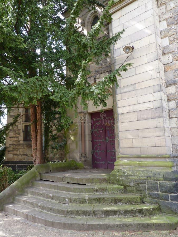 Ξύλινη πόρτα με τα πέτρινα βήματα και το δέντρο στοκ φωτογραφία με δικαίωμα ελεύθερης χρήσης