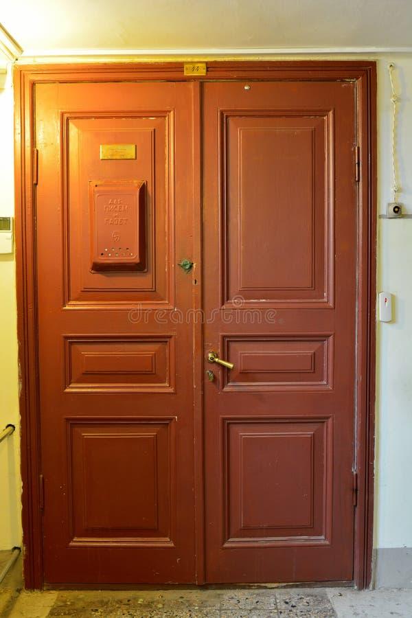 Ξύλινη πόρτα που οδηγεί στο διαμέρισμα της Anna Akhmatova, αυτήν την περίοδο housi στοκ εικόνες