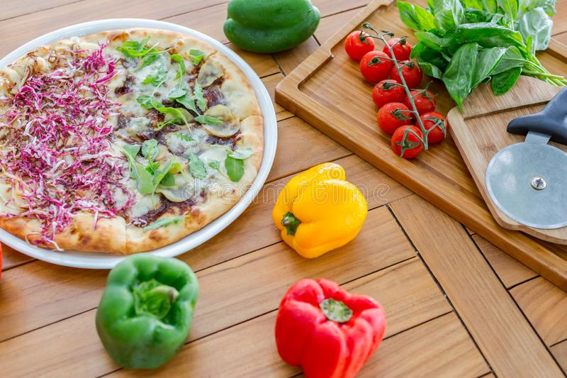 Ξύλινη σανίδα με παραδοσιακά χρώματα για την παρασκευή της πίτσας: μοτσαρέλα, σάλτσα ντομάτας, βασιλικός, ελαιόλαδο, τυρί, μπαχαρ στοκ φωτογραφίες με δικαίωμα ελεύθερης χρήσης