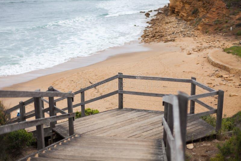 Ξύλινη σκάλα που οδηγεί κάτω στην εικονική παραλία κουδουνιών στοκ φωτογραφία με δικαίωμα ελεύθερης χρήσης