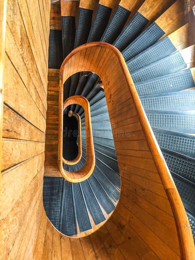 Ξύλινη σπειροειδής σκάλα στο μύλο αριθμός πέντε στο Lowell, Μασαχουσέτη στοκ φωτογραφία με δικαίωμα ελεύθερης χρήσης