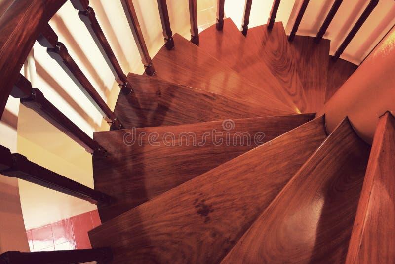Ξύλινη σπειροειδής σκάλα φιαγμένη από παλαιό ξύλο στοκ εικόνες
