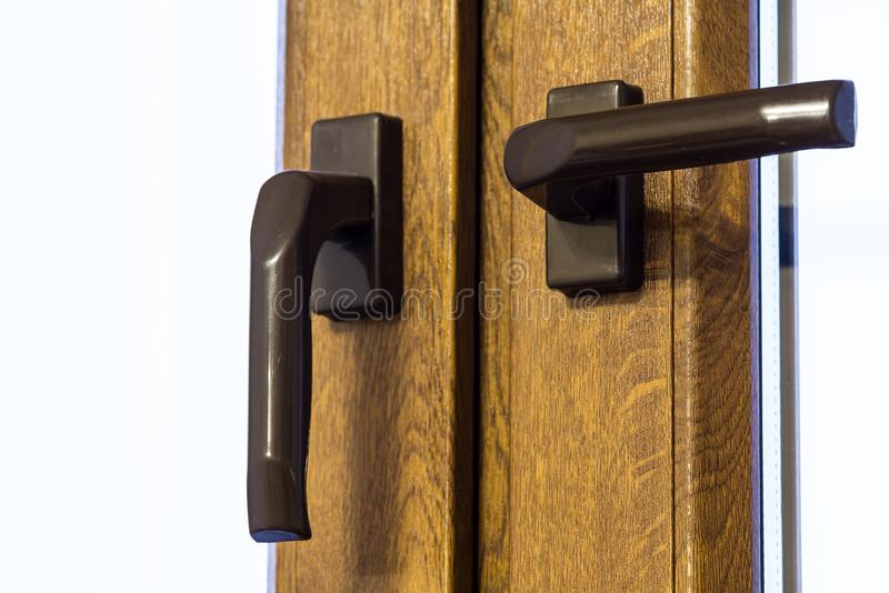 Ξύλινη σύγχρονη λαβή παραθύρων Εγχώρια εσωτερική λεπτομέρεια στοκ φωτογραφία με δικαίωμα ελεύθερης χρήσης