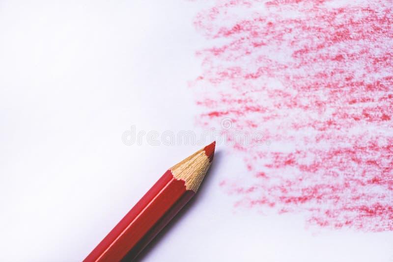 Ξύλινη σύσταση κραγιονιών με τα κυανά κόκκινα σχέδια στη Λευκή Βίβλο στοκ εικόνες με δικαίωμα ελεύθερης χρήσης