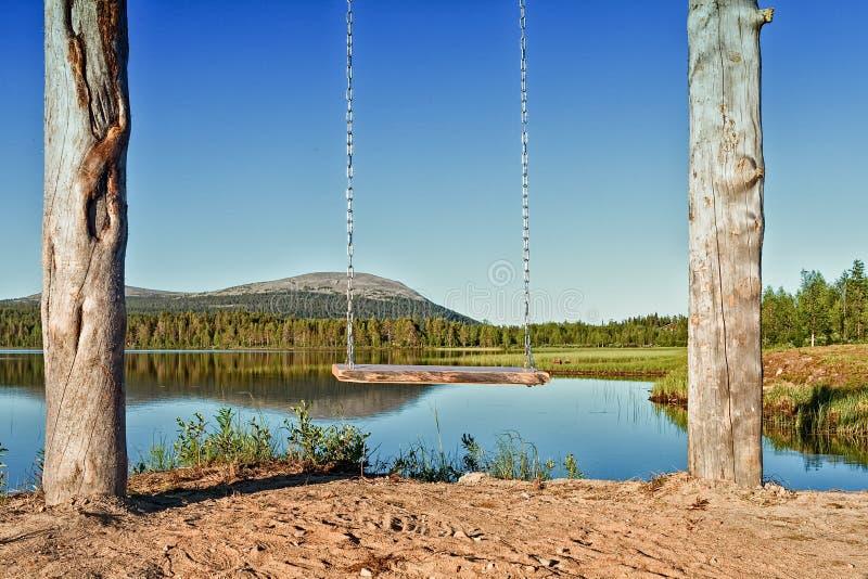 Ξύλινη ταλάντευση από μια λίμνη στοκ εικόνα