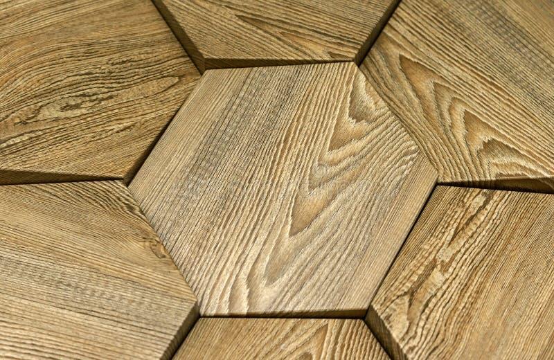 Ξύλινη τρισδιάστατη επιτροπή σε ένα σύγχρονο εσωτερικό τρισδιάστατο ξύλινο υπόβαθρο στοκ εικόνα