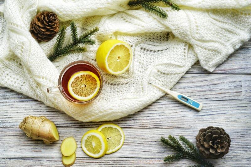 Ξύλινοι άρρωστοι λέξης τοπ άποψης, τσάι με το λεμόνι, θερμόμετρο, πιπερόριζα, μέλι, ταμπλέτες και ξηρά φύλλα σε ένα άσπρο υπόβαθρ στοκ εικόνα με δικαίωμα ελεύθερης χρήσης
