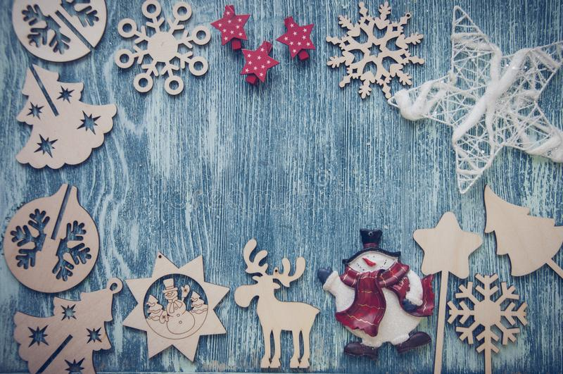 Ξύλινοι αριθμοί Χριστουγέννων για το μπλε ξύλινο υπόβαθρο στοκ φωτογραφίες