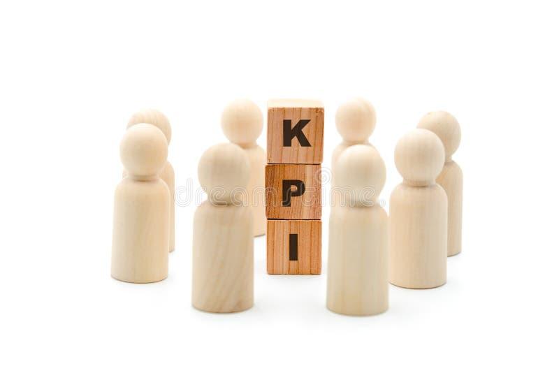 Ξύλινοι αριθμοί ως επιχειρησιακή ομάδα στον κύκλο γύρω από το βασικό δείκτη απόδοσης αρκτικολέξων KPI στοκ εικόνες