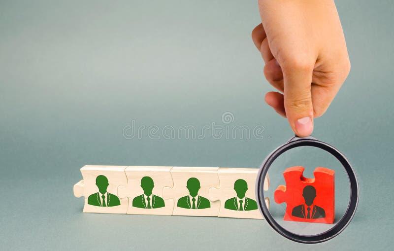 Ξύλινοι γρίφοι με την εικόνα των εργαζομένων Η έννοια της Διεύθυνσης Προσωπικού στην επιχείρηση Απομάκρυνση υπάλληλοι από μια ομά στοκ εικόνα