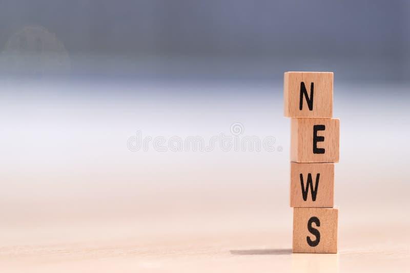 Ξύλινοι κύβοι με τις ειδήσεις λέξης σε το στοκ φωτογραφία