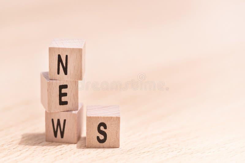 Ξύλινοι κύβοι με τις ειδήσεις λέξης σε το στοκ εικόνες