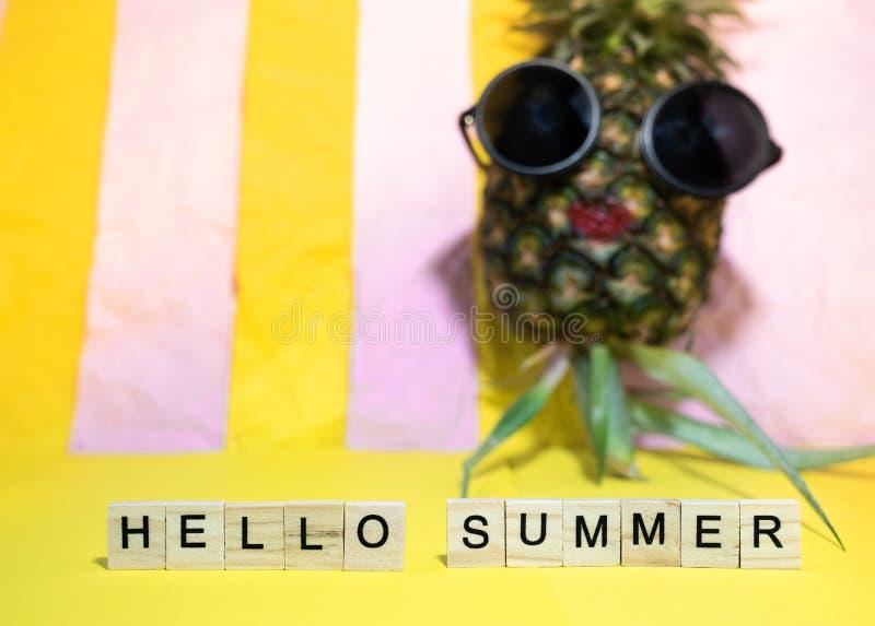 Ξύλινοι κύβοι με το γραπτό καλοκαίρι λέξεων γειά σου και το κόκκινο χείλι pineapp στοκ φωτογραφία με δικαίωμα ελεύθερης χρήσης