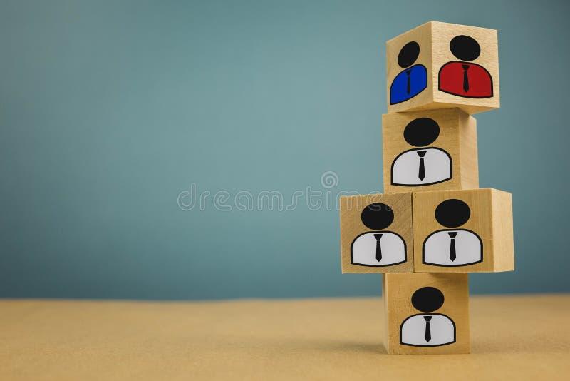 ξύλινοι κύβοι υπό μορφή προϊσταμένων και υφισταμένων, υπαγωγή προσωπικού σε ένα μπλε υπόβαθρο στοκ εικόνες με δικαίωμα ελεύθερης χρήσης