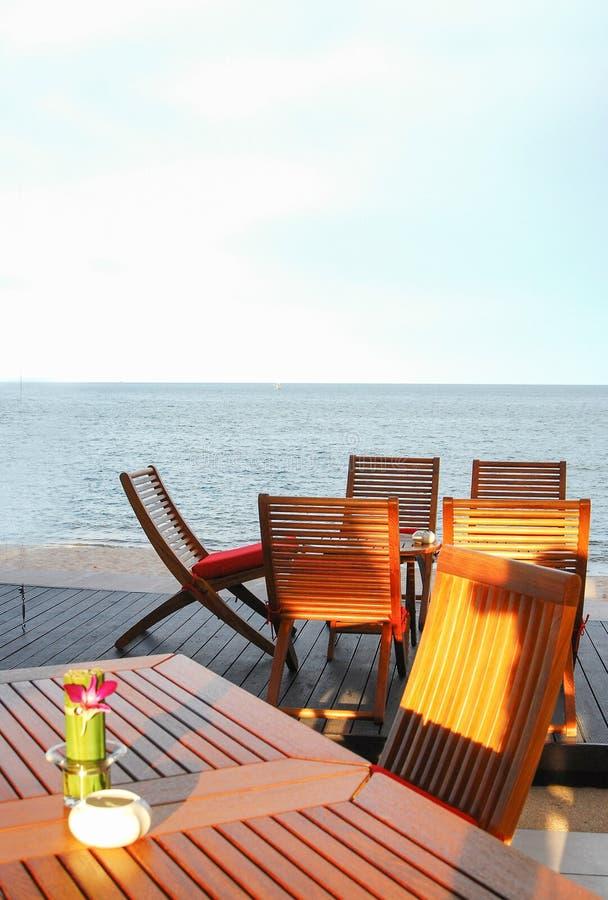 Ξύλινοι πίνακας και καρέκλα στην παραλία στοκ εικόνες