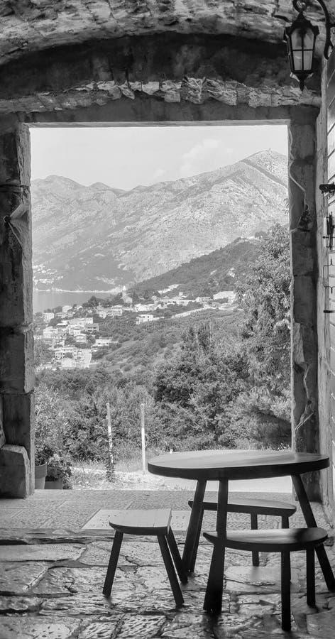Ξύλινοι πίνακας και καρέκλες σε έναν υπαίθριο καφέ στην παλαιά πόλη Dolmatian με τις γραφικές θερινές απόψεις της μικρής παλαιάς  στοκ φωτογραφία με δικαίωμα ελεύθερης χρήσης