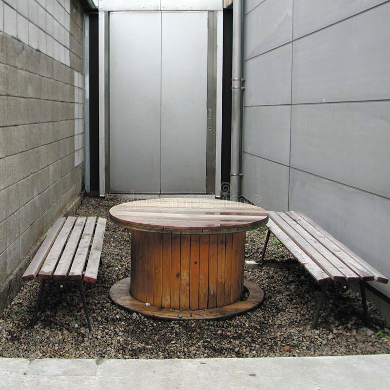 Ξύλινοι πίνακας και καρέκλες στοκ εικόνες