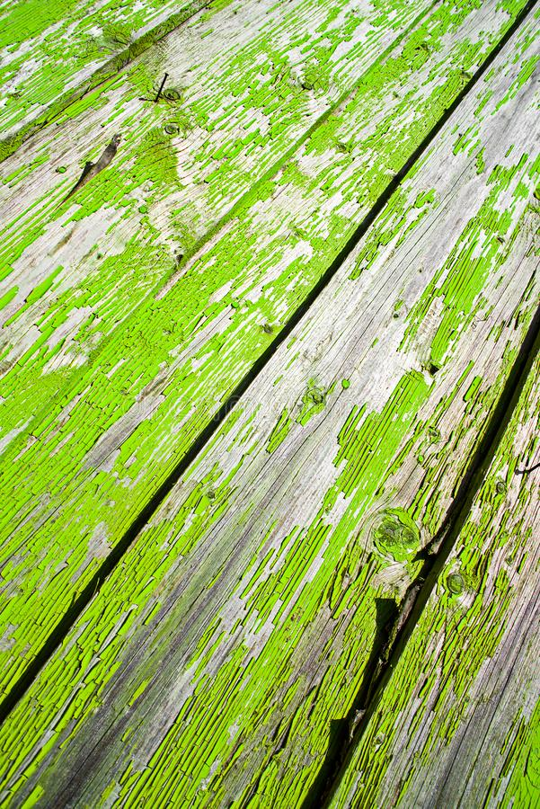 Ξύλινοι παλαιοί πίνακες φρακτών με το πράσινο exfoliating χρώμα στοκ φωτογραφίες με δικαίωμα ελεύθερης χρήσης