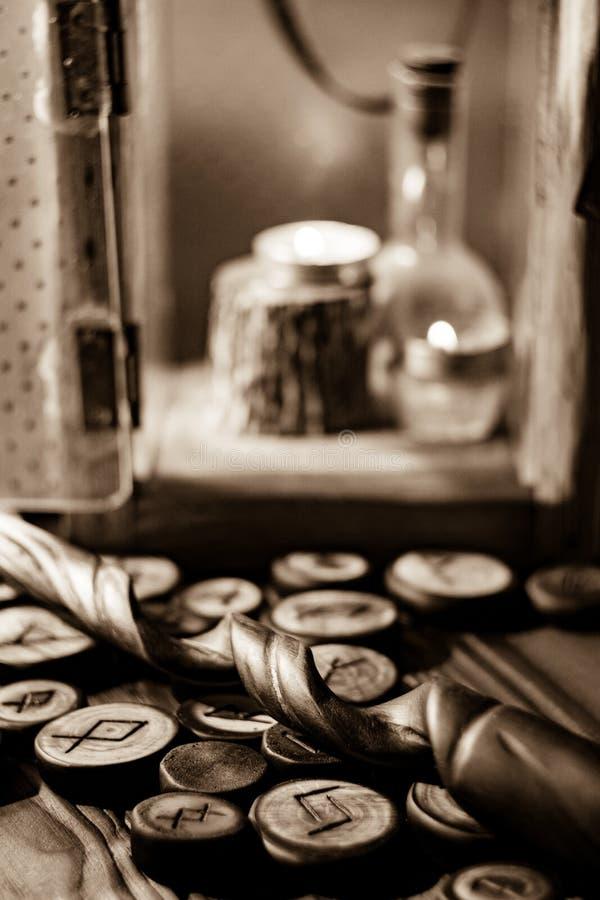 Ξύλινοι ρούνοι και μαγική ράβδος στοκ εικόνα με δικαίωμα ελεύθερης χρήσης