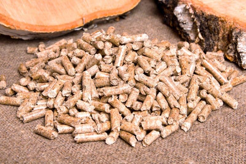 Ξύλινοι σβόλοι και στενός επάνω σημύδων Ξύλινα βιολογικά καύσιμα παλετών Σβόλος-φτηνή ενέργεια βιομαζών Τα απορρίματα γατών στοκ φωτογραφία με δικαίωμα ελεύθερης χρήσης