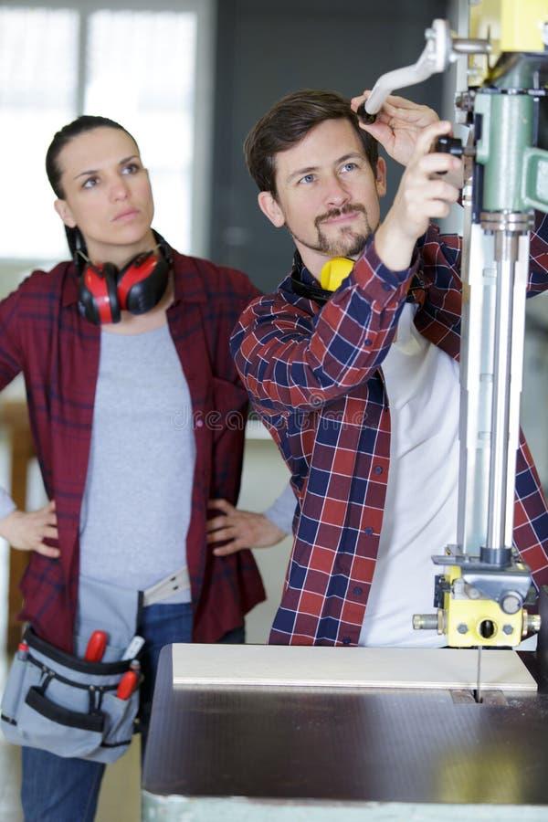 Ξύλινοι τεχνικοί βιομηχανίας που εργάζονται μαζί στο πρόγραμμα στοκ εικόνες με δικαίωμα ελεύθερης χρήσης
