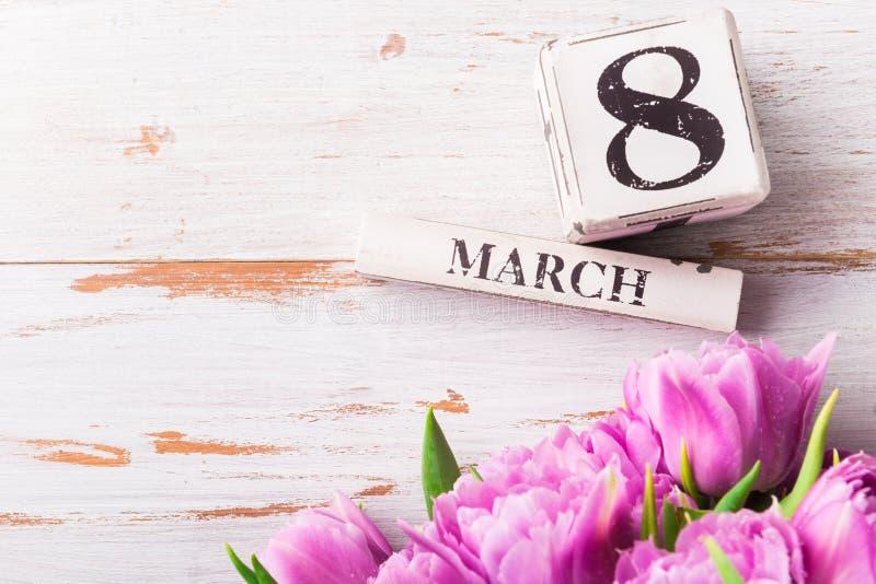 Ξύλινοι φραγμοί με την ημερομηνία ημέρας των διεθνών γυναικών, στις 8 Μαρτίου στοκ φωτογραφία με δικαίωμα ελεύθερης χρήσης