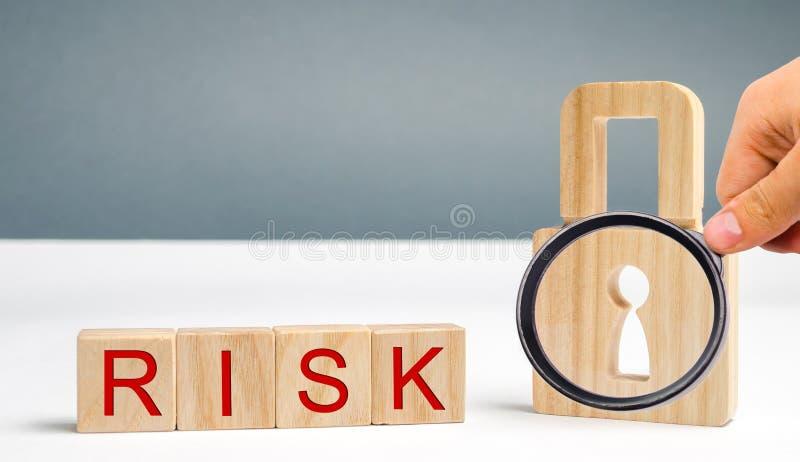 Ξύλινοι φραγμοί με τον κίνδυνο και την κλειδαριά λέξης Ατελές σύστημα ασφαλείας Υψηλός κίνδυνος της χάραξης και κλοπή των προσωπι στοκ φωτογραφίες με δικαίωμα ελεύθερης χρήσης