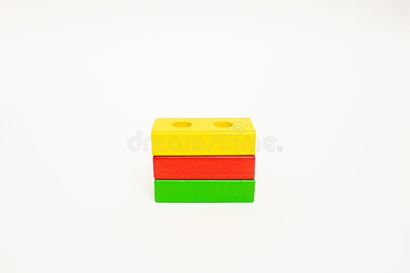 Ξύλινοι φραγμοί παιχνιδιών, πολύχρωμη σημαία της Λιθουανίας τούβλων οικοδόμησης κτηρίου E Πρόωρη εκπαίδευση στοκ εικόνες