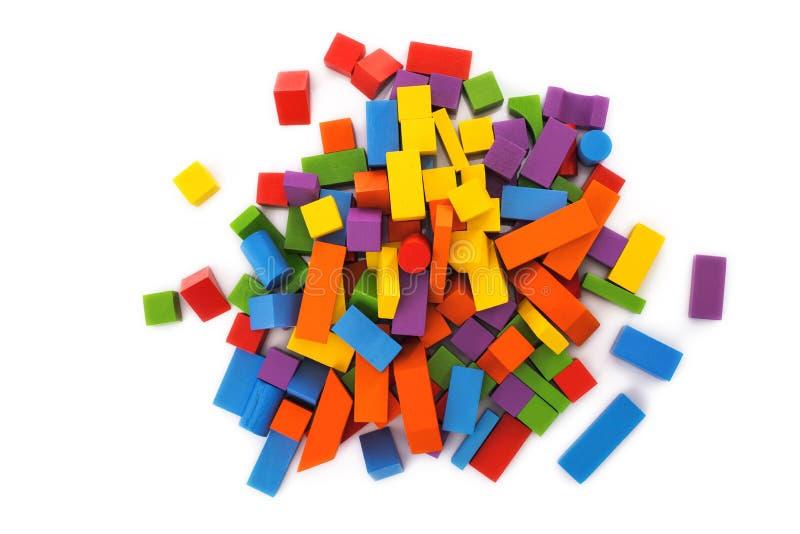 Ξύλινοι φραγμοί παιχνιδιών στο άσπρο υπόβαθρο, educa Montessori στοκ εικόνα