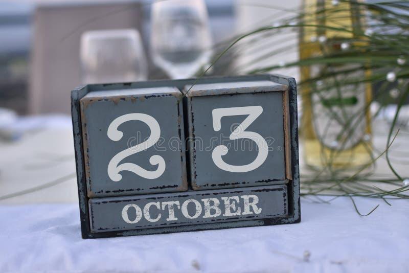 Ξύλινοι φραγμοί στο κιβώτιο με στις 23 Οκτωβρίου ημερομηνίας, ημέρας και μήνα στοκ εικόνες με δικαίωμα ελεύθερης χρήσης