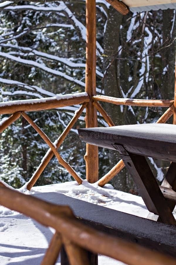 Ξύλινος άξονας το χειμώνα στο χιόνι στοκ φωτογραφία με δικαίωμα ελεύθερης χρήσης