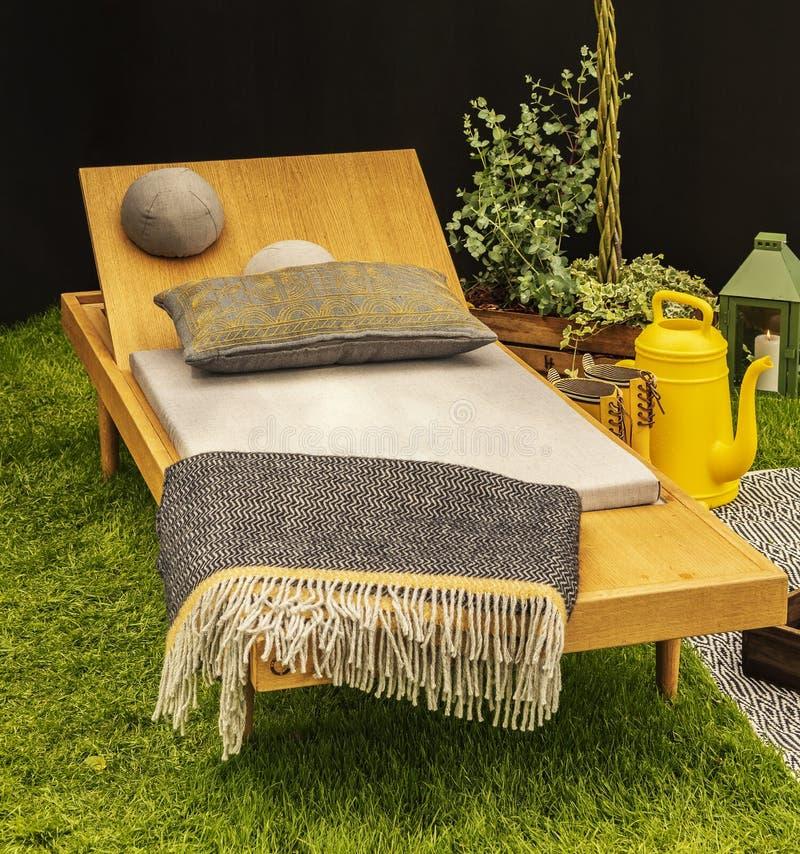 Ξύλινος αργόσχολος κήπων στοκ εικόνα με δικαίωμα ελεύθερης χρήσης