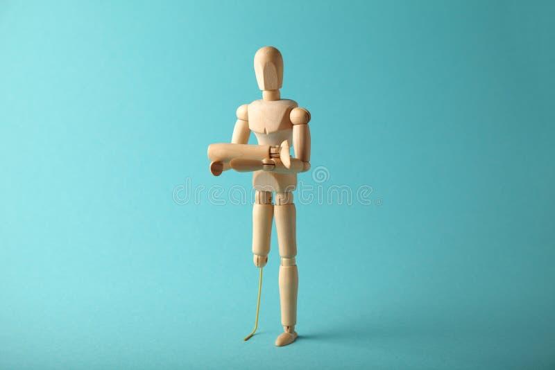 Ξύλινος αριθμός του ατόμου με το τεχνητό προσθετικό πόδι Ανάπηρος και έννοια ανικανότητας στοκ φωτογραφία με δικαίωμα ελεύθερης χρήσης