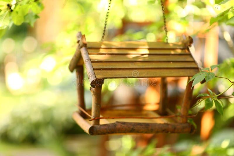 Ξύλινος δημιουργικός τροφοδότης πουλιών ως μέρος του στοιχείου σχεδίου κήπων στοκ εικόνες με δικαίωμα ελεύθερης χρήσης