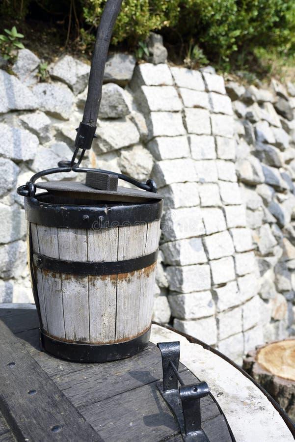 Ξύλινος κάδος στην καλά αγροτική παραδοσιακή πηγή στοκ φωτογραφίες με δικαίωμα ελεύθερης χρήσης