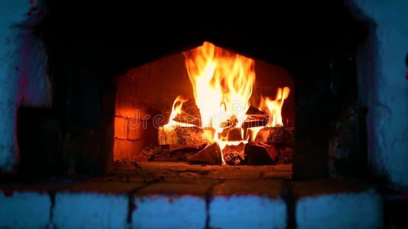 Ξύλινος-κάψιμο στη ρωσική σόμπα στοκ φωτογραφία με δικαίωμα ελεύθερης χρήσης