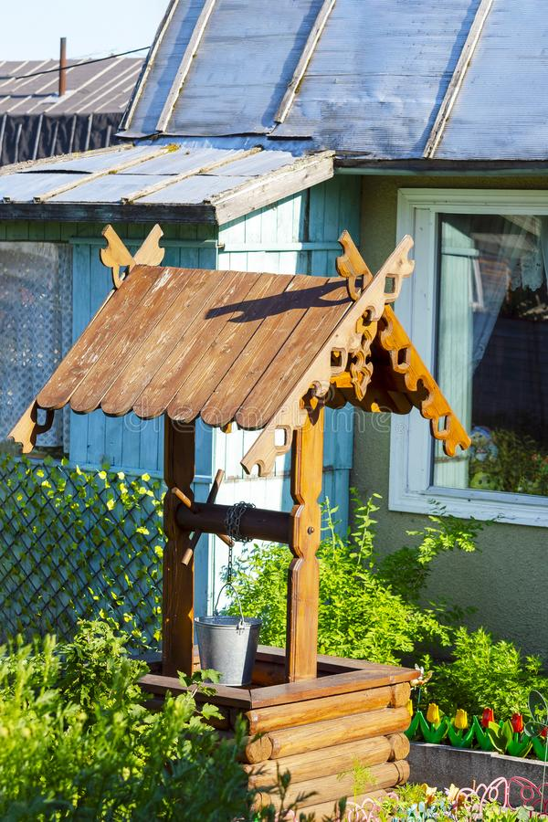 Ξύλινος καλά με μια στέγη r στοκ φωτογραφίες με δικαίωμα ελεύθερης χρήσης